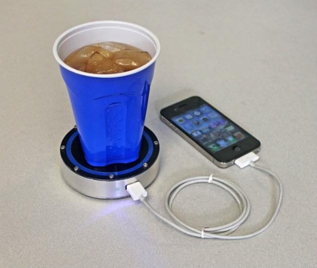 batería del celular con una cerveza fría