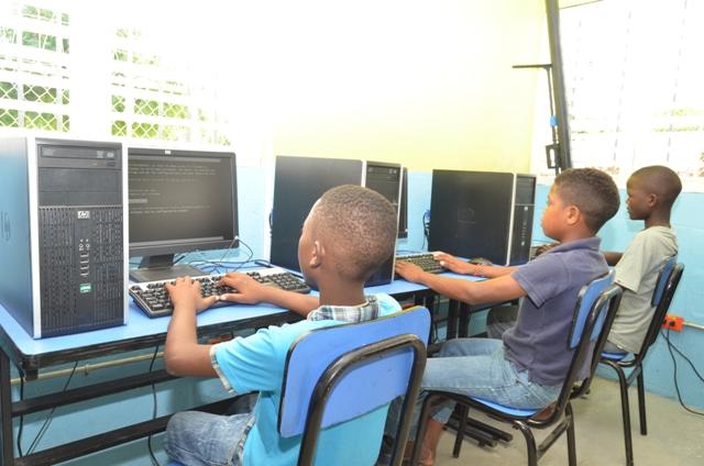 Niños-en-centro-de-Internet